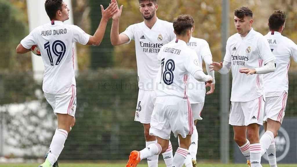 Hugo Duro celebra su gol con sus compañeros durante el Real Madrid Castilla - Getafe B