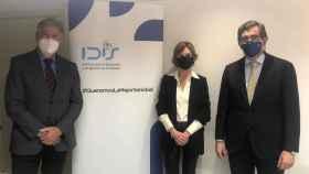 Ángel de Benito, Marta Villanueva y Juan Abarca, secretario general, directora general y presidente del IDIS, respectivamente.
