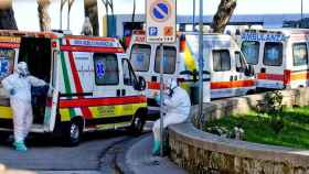 Fila de ambulancias en el exterior de un hospital de Nápoles. Efe