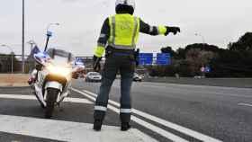 Una patrulla de la Dirección General de Tráfico en un control en carretera.