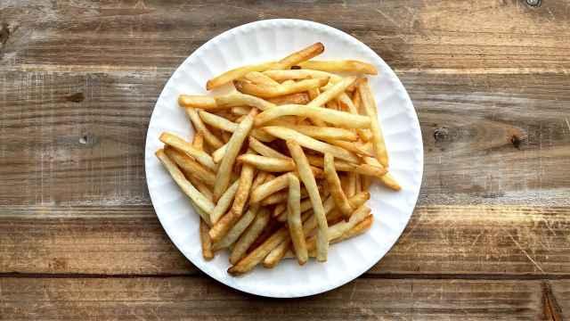 Un plato de patatas fritas listo para ser devorado.