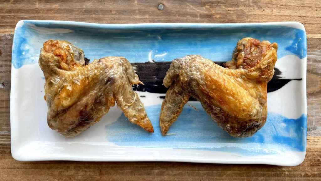 Alitas de pollo en freidora sin y con aceite