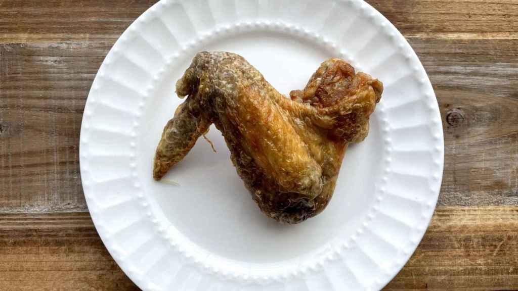 Alitas de pollo fritas con aceite