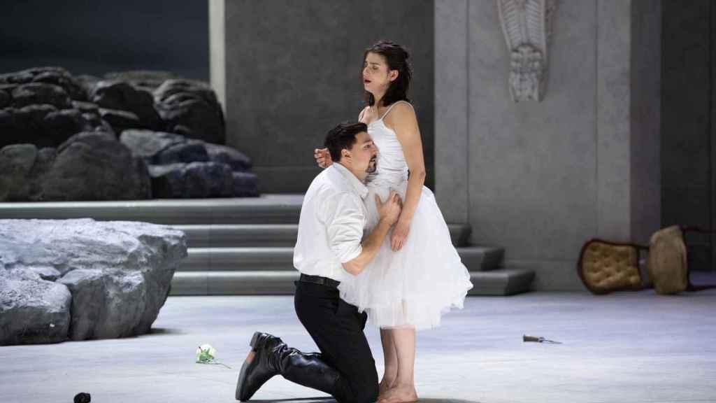 Asmik Grigorian y el tenor Eric Cutler durante el ensayo.