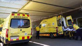 Técnicos sanitarios transportan a un enfermo al hospital Arnau de Vilanova de Lleida. EFE/Alejandro García
