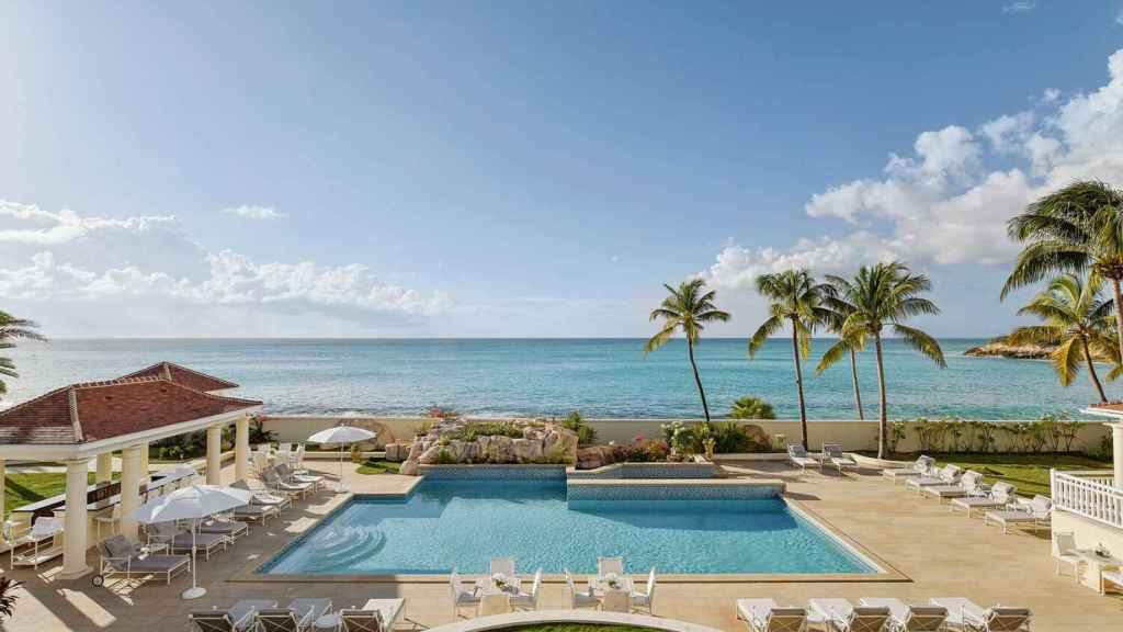 El complejo cuenta con una piscina climatizada y bar al aire libre.