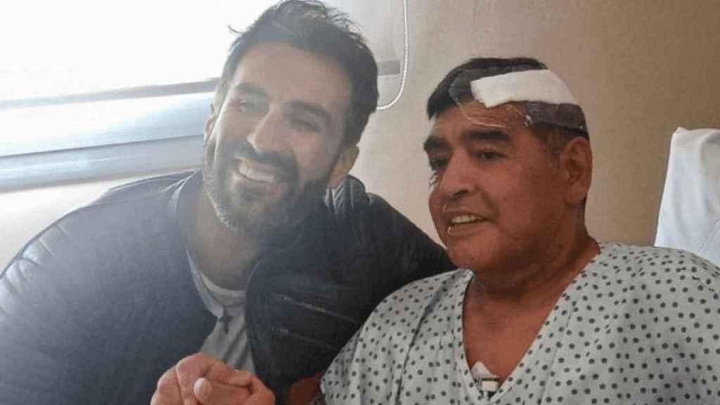 Diego Armando Maradona, junto a Leopoldo Luque, en la primera fotografía tras su operación