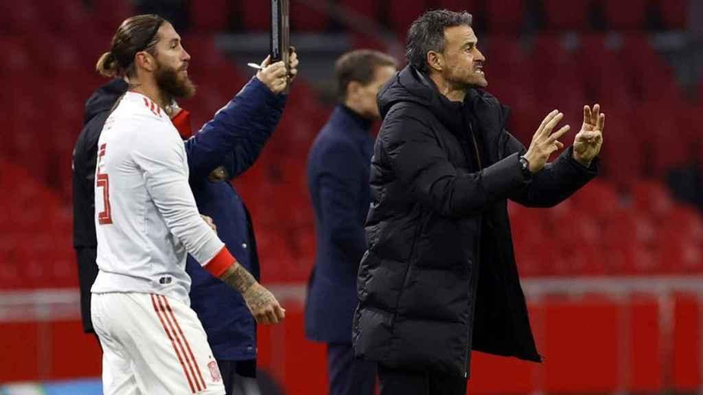 Sergio Ramos y Luis Enrique, en un partido de la selección española