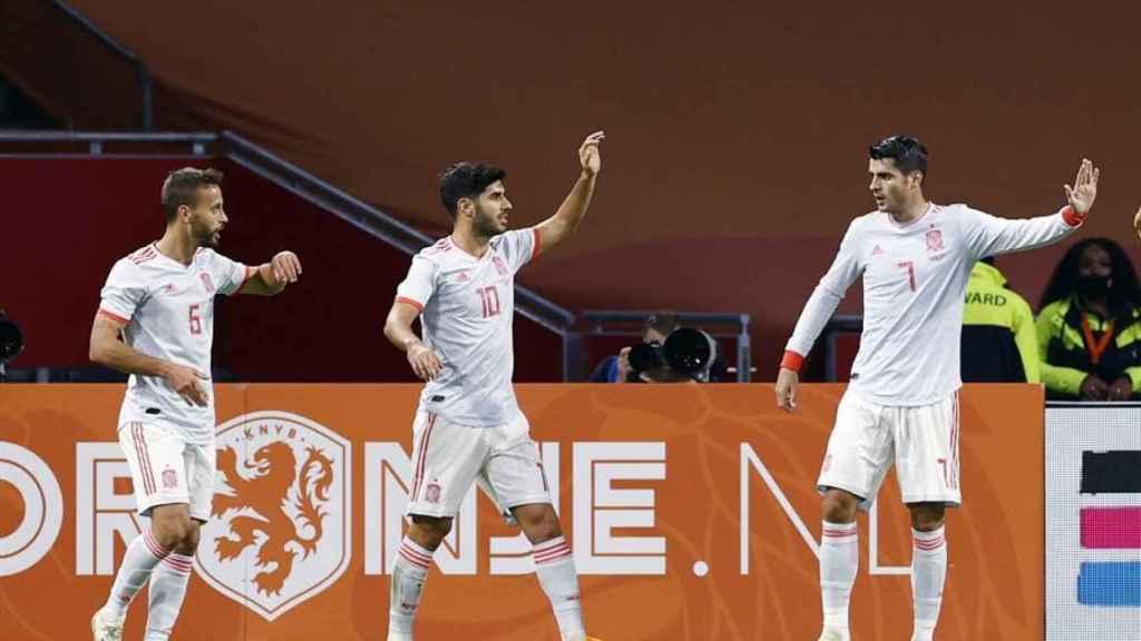 Marco Asensio celebra con Canales y Morata un gol de la selección española