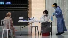 Una paciente espera a que le realicen un test de la Covid-19.