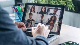 Un teletrabajador se conecta a una videollamada.