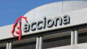 Cartel de la empresa Acciona colocado en una de sus oficinas de la capital, en Madrid, (España).
