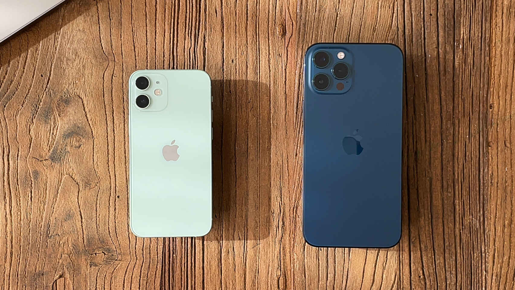 iPhone 12 mini (izquierda) comparado con un iPhone 12 Pro Max