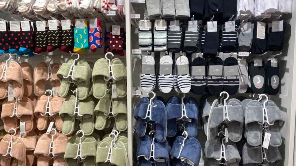 Calcetines y zapatillas de casa Miniso.