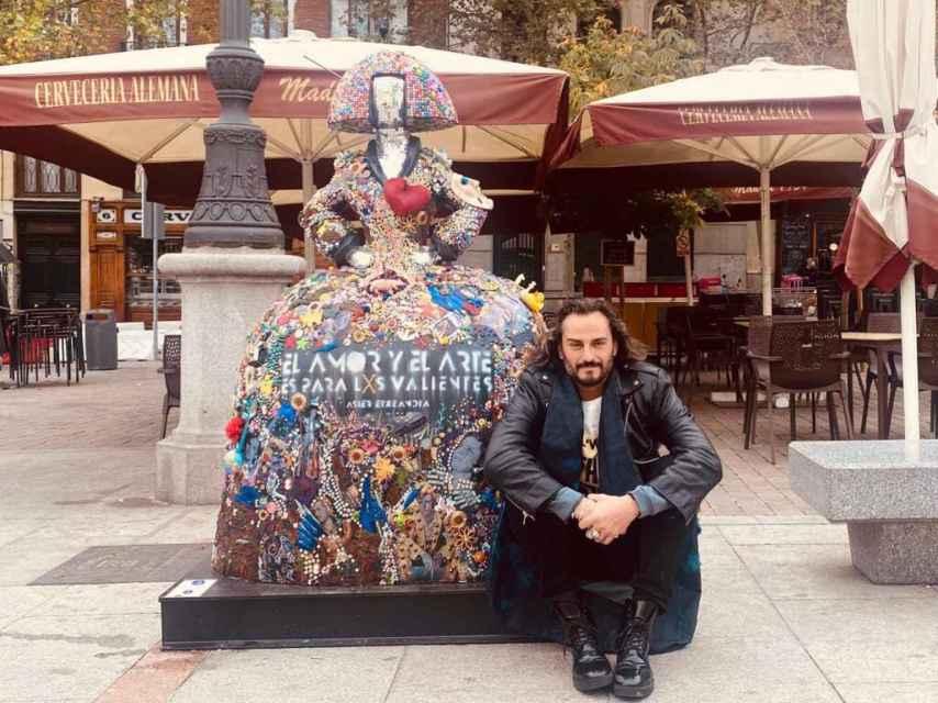 Asier Etxeandia junto a su Menina en la Plaza de Santa Ana en Madrid.