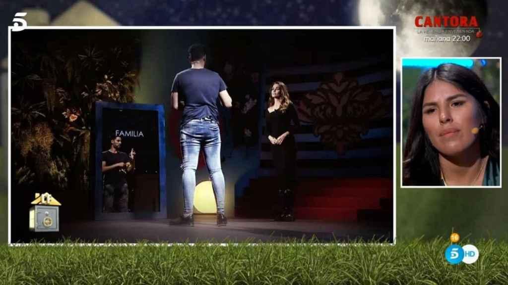 Isa Pantoja viendo las explicaciones de su pareja en 'El espejo del alma'.