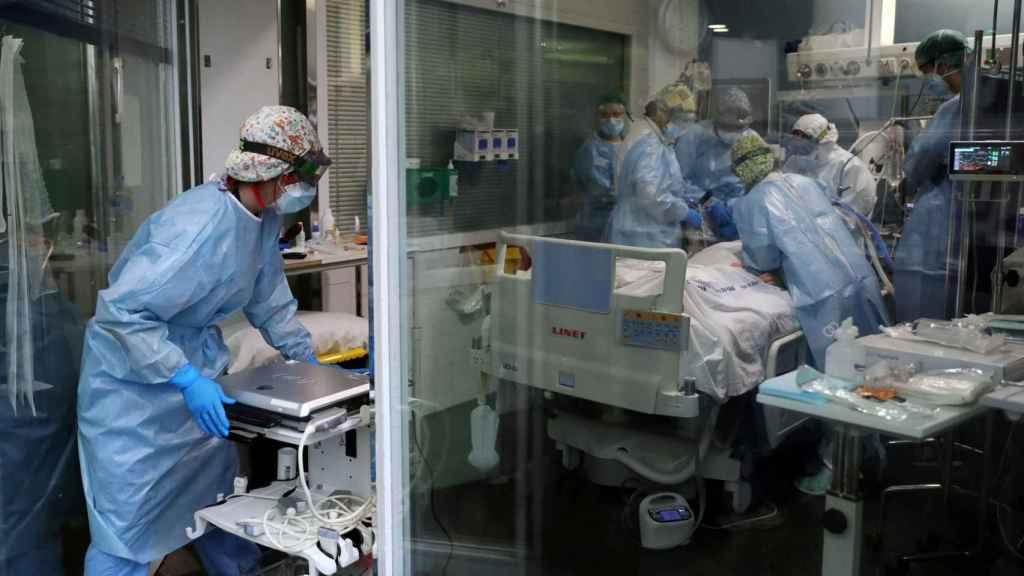 Equipo médico del Hospital del Mar de Barcelona con un paciente de Covid-19.