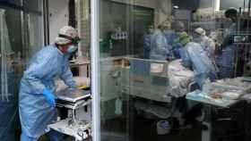 Un equipo médico atiende a un paciente Covid-19.