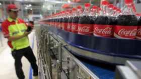 Un trabajador en una fábrica de Coca-Cola.