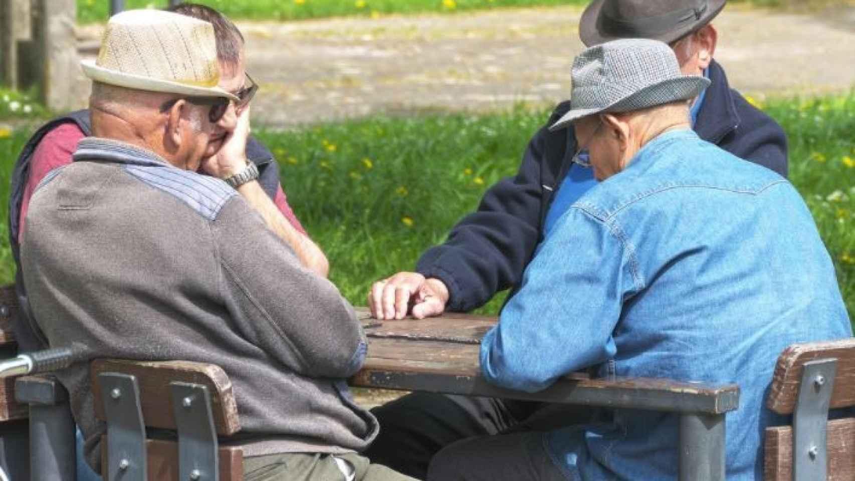Unos jubilados en un parque.