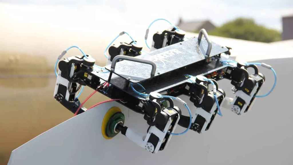 El primer robot araña del mundo en una turbina eólica marina.