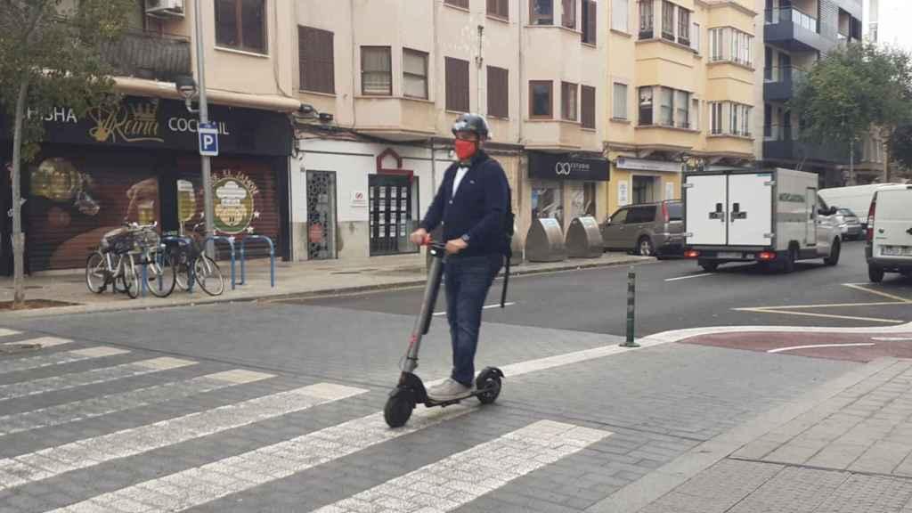 Un usuario de patinete eléctrico, un vehículo de movilidad personal, en Palma de Mallorca.