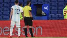 Messi mira el VAR durante el partido entre Argentina y Paraguay