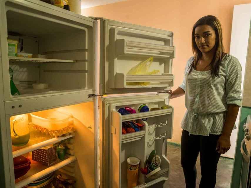 La venezolana Luznaily Sulbarán abre su nevera y apenas encuentra un pequeño trozo de queso para acompañar las tradicionales arepas que desayunará junto a sus dos hijas, menores de edad, una fría mañana en Los Teques, la capital del estado de Miranda, cercano a Caracas.