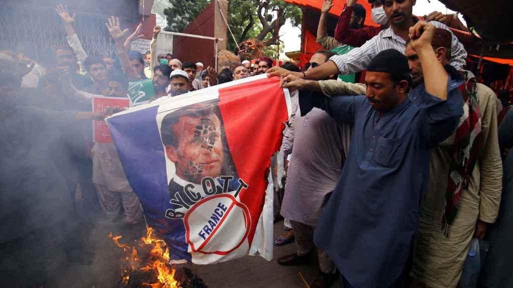 Un grupo de pakistaníes quemando imágenes de Macron en Karachi, Pakistán.