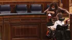Pablo Echenique, portavoz parlamentario de Unidas Podemos, charla con Pedro Sánchez, presidente del Gobierno, durante el homenaje a Manuel Azaña.