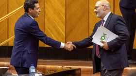 El presidente de la Junta de Andalucía, Juanma Moreno, y el portavoz de Vox en Andalucía, Alejandro Hernández.