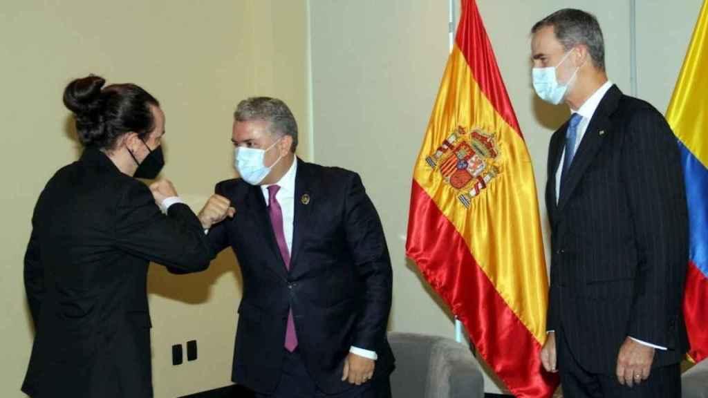 El rey Felipe VI observa mientras Pablo Iglesias saluda al presidente de Colombia, Iván Duque, en Bolivia