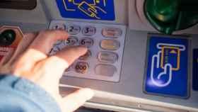 Un usuario usa el teclado de un cajero automático.