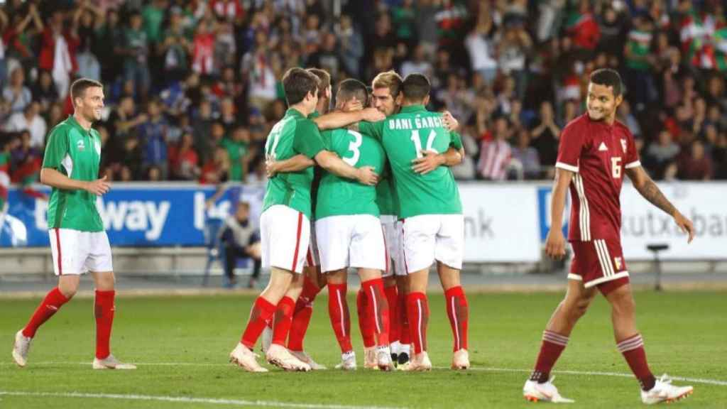 La selección de Euskadi celebra un gol