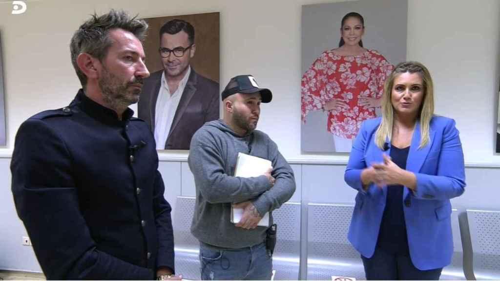 Kiko Rivera junto a Carlota y David Valldeperas en un pasillo de Telecinco.