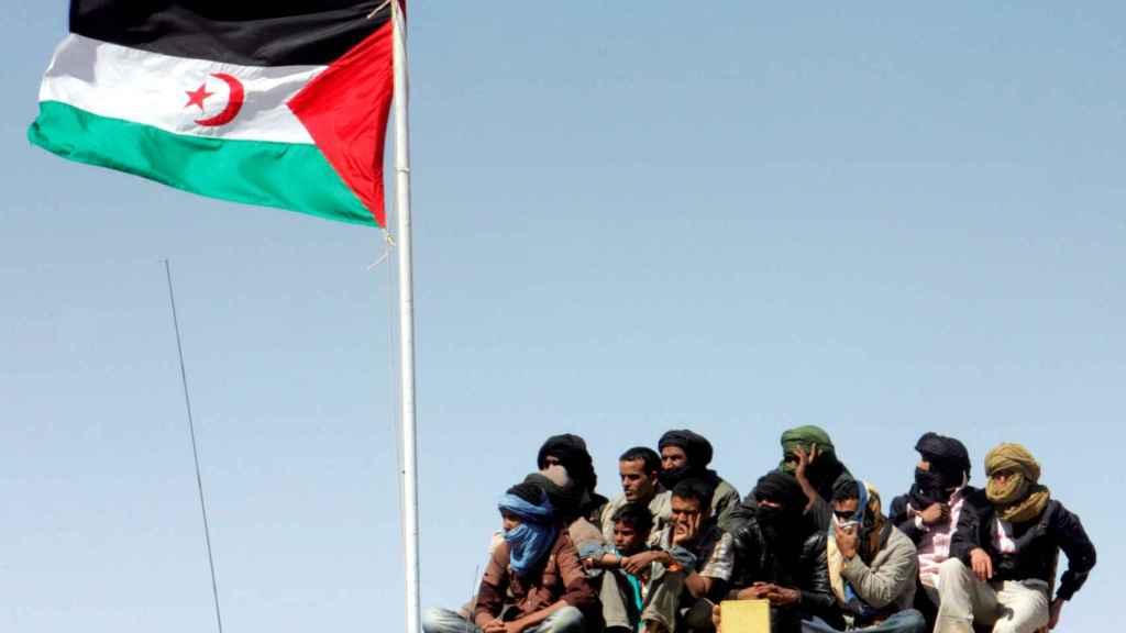 Los refugiados saharauis observan un desfile militar en Tifarati en los territorios liberados del Sahara Occidental
