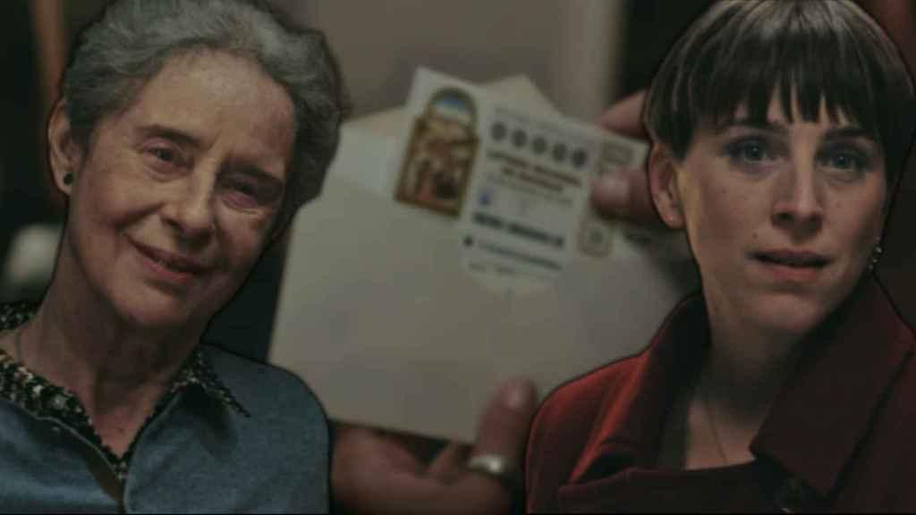 Las actrices Vicky Peña y Nausicaa Bonnín interpretando a Carmen y Marina en el anuncio de la Lotería de Navidad 2020.