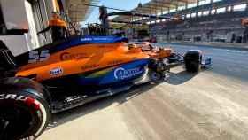Carlos Sainz en el box de McLaren