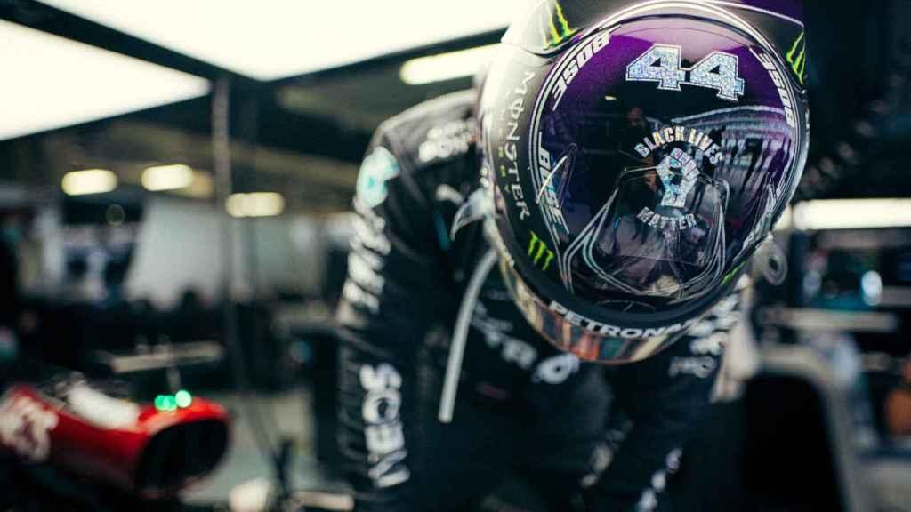 Hamilton en el box de Mercedes