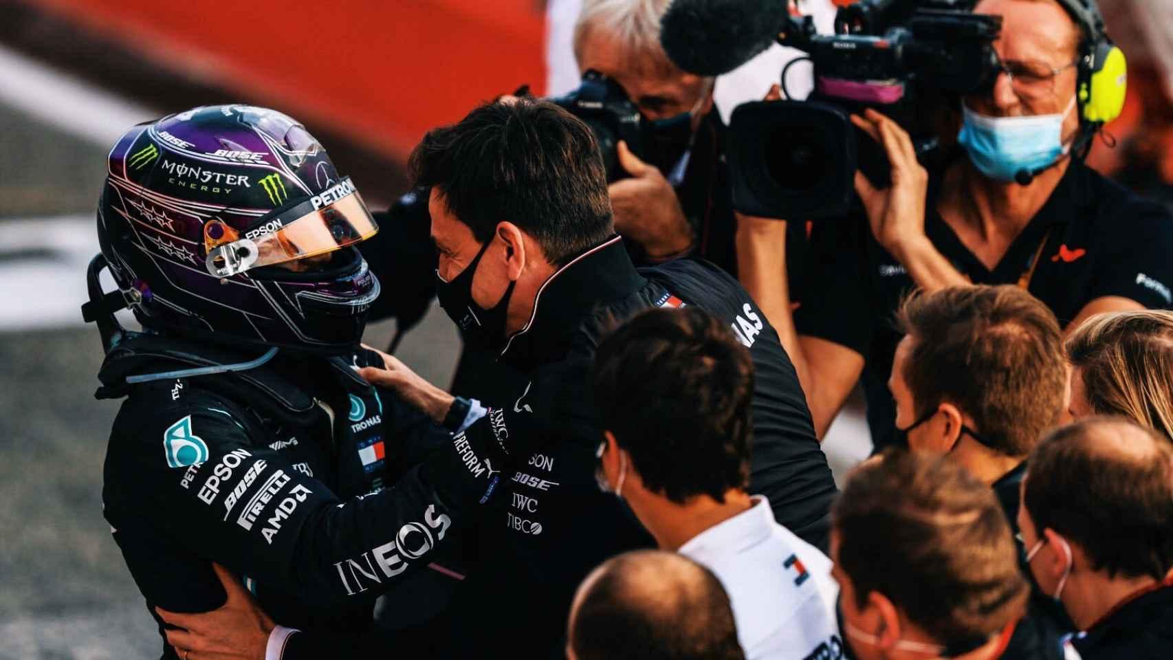 Hamilton y Wolff se abrazan frente al equipo Mercedes