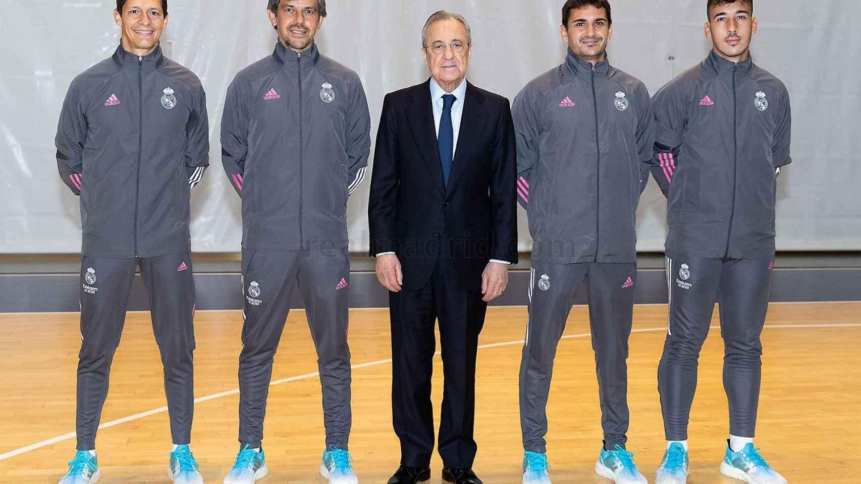 Foto de Florentino Pérez con el cuerpo técnico de David Aznar