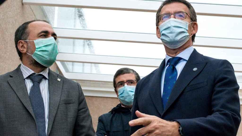 El consejero de Sanidad de la Xunta de Galicia, Julio García Comesaña, acompañando al presidente, Alberto Núñez Feijóo.