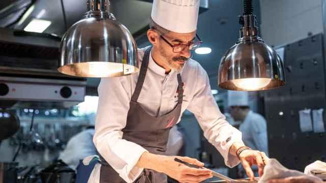 Julio Miralles en las cocinas de Zalacaín.