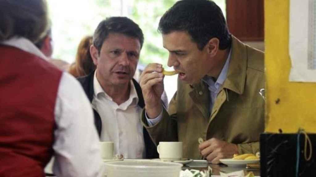 Pedro Sánchez , líder del PSOE, toma un chocolate con churros en un bar.