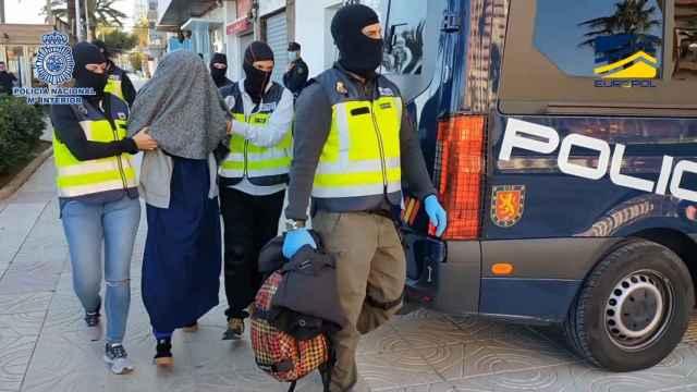La Policía Nacional, en plena operación deteniendo a la yihadista.