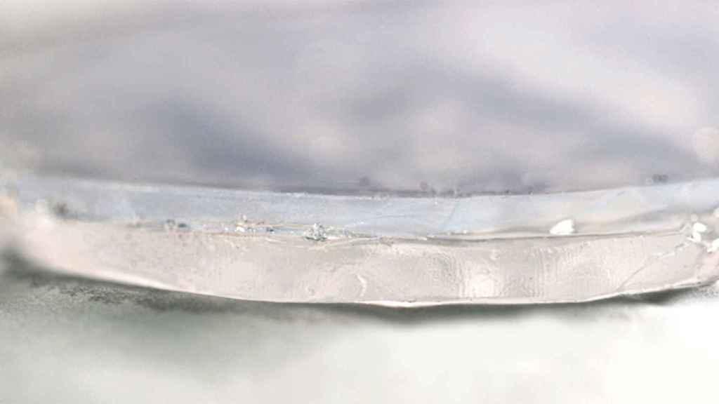 En primer plano lel material de dos capas, la superior es aerogel y la  inferior hidrogel.