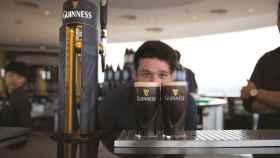 Guinness: historia de la famosa cerveza negra que creó el libro de los récords del mundo por culpa de un pájaro