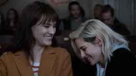 Las dos protagonistas de la película 'Happiest Season'.