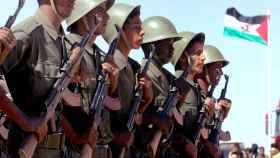 Los soldados sahrawis marchan en un desfile en Tifariti en los territorios liberados del Sahara Occidental