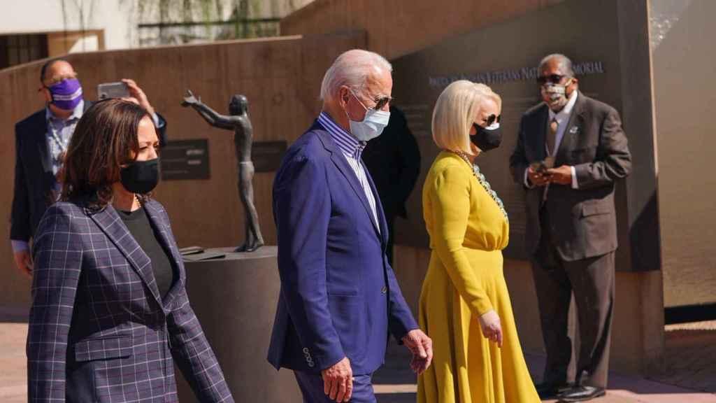 Kamala Harris, Joe Biden y Cindy McCain, en un acto electoral.